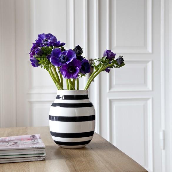 Die Klassische  Die Vasen von Kähler sind eine Hommage an das traditionelle Handwerk. Seit 1839 werden alle Vasen von Hand gefertigt und bemalt. Die markanten Streifen von Omaggio setzen einen schönen Kontrast zu den feinen Blüten.