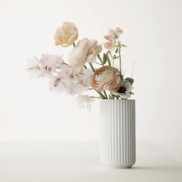 Die Exquisite  Die Vase Lyngby ist ein dänischer Designklassiker. Bereits 1936 wurde sie auf dem Markt vorgestellt. Doch erst Jahre später wird sie wieder entdeckt und erlangt den verdienten Ruhm. Sie ist in vielen Farben und Grössen erhältlich. Einziger Wermutstropfen ist der hohe Preis (15 cm Vase ab 95.-).