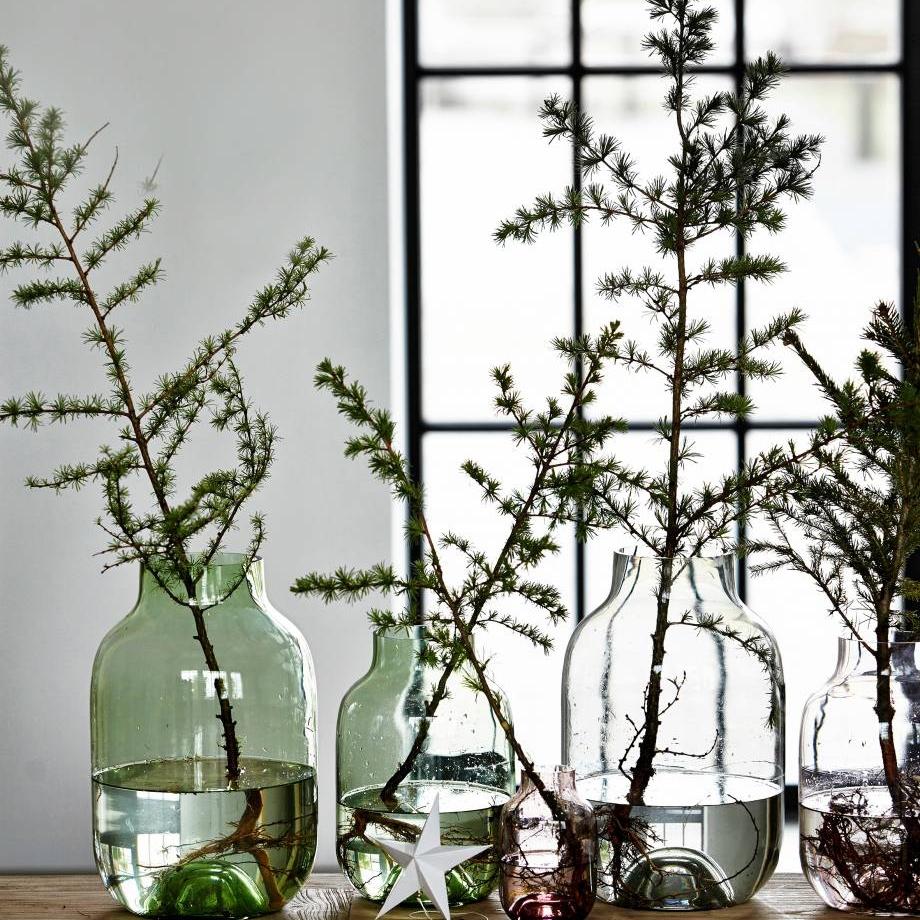 Die Schlichte  Seit ich die Vase Shaped von House Doctor besitze, komme ich nicht in Verlegenheit, wenn ich grosse Pfingstrosen oder Lilien geschenkt bekomme. Das schlichte Design überlässt den Blumen den Hauptauftritt. Besonders schöne Äste harmonieren mit der Glasvase perfekt.