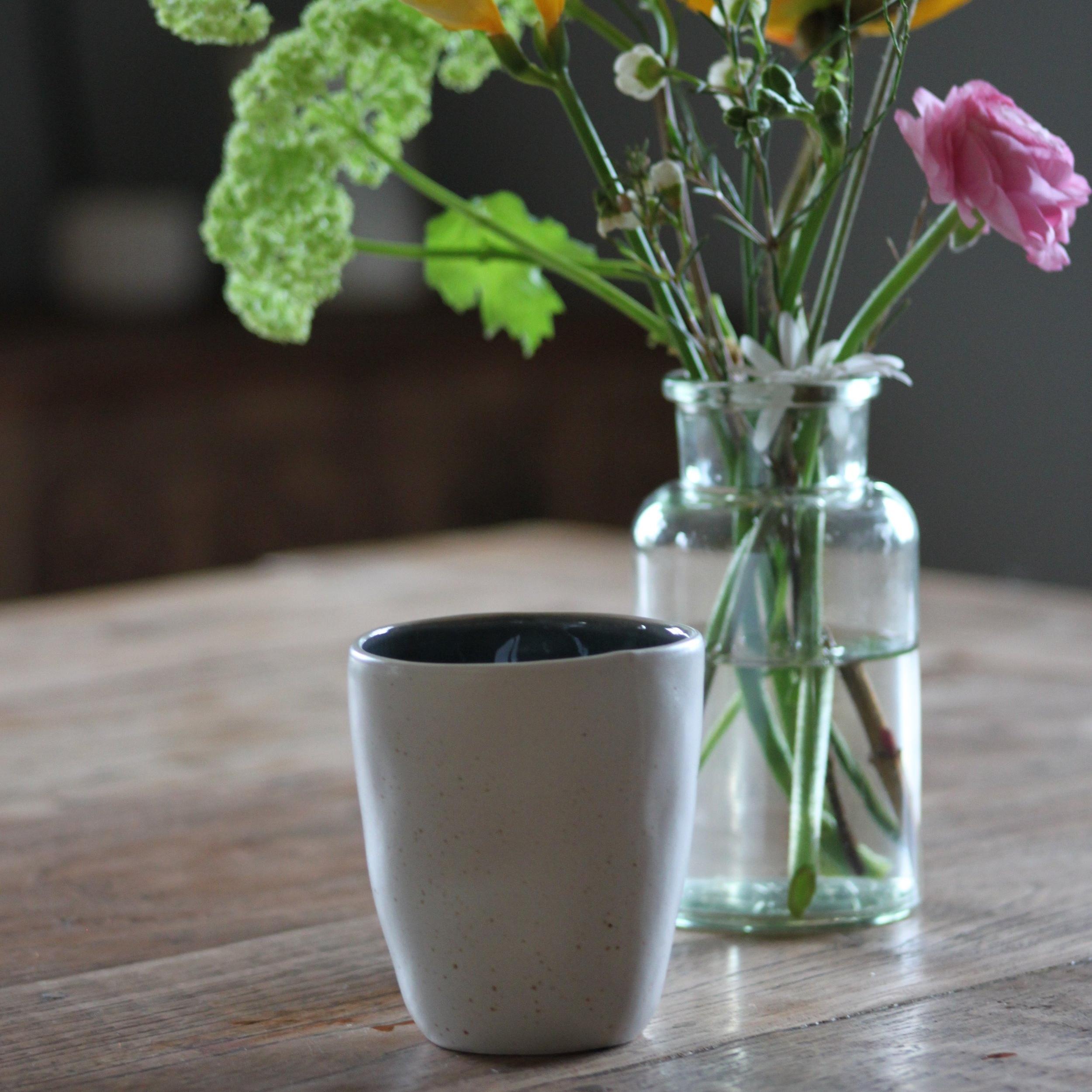 Die Tasse Porto entspricht genau meinem Geschmack. Die Tasse ist handgemacht, aussen matt weiss und innen in verschiedenen Farben erhältlich. Jede Tasse hat ihre eigene Formungen, was sie besonders macht.   erhältlich bei  Toptip  Preis 7.50 CHF