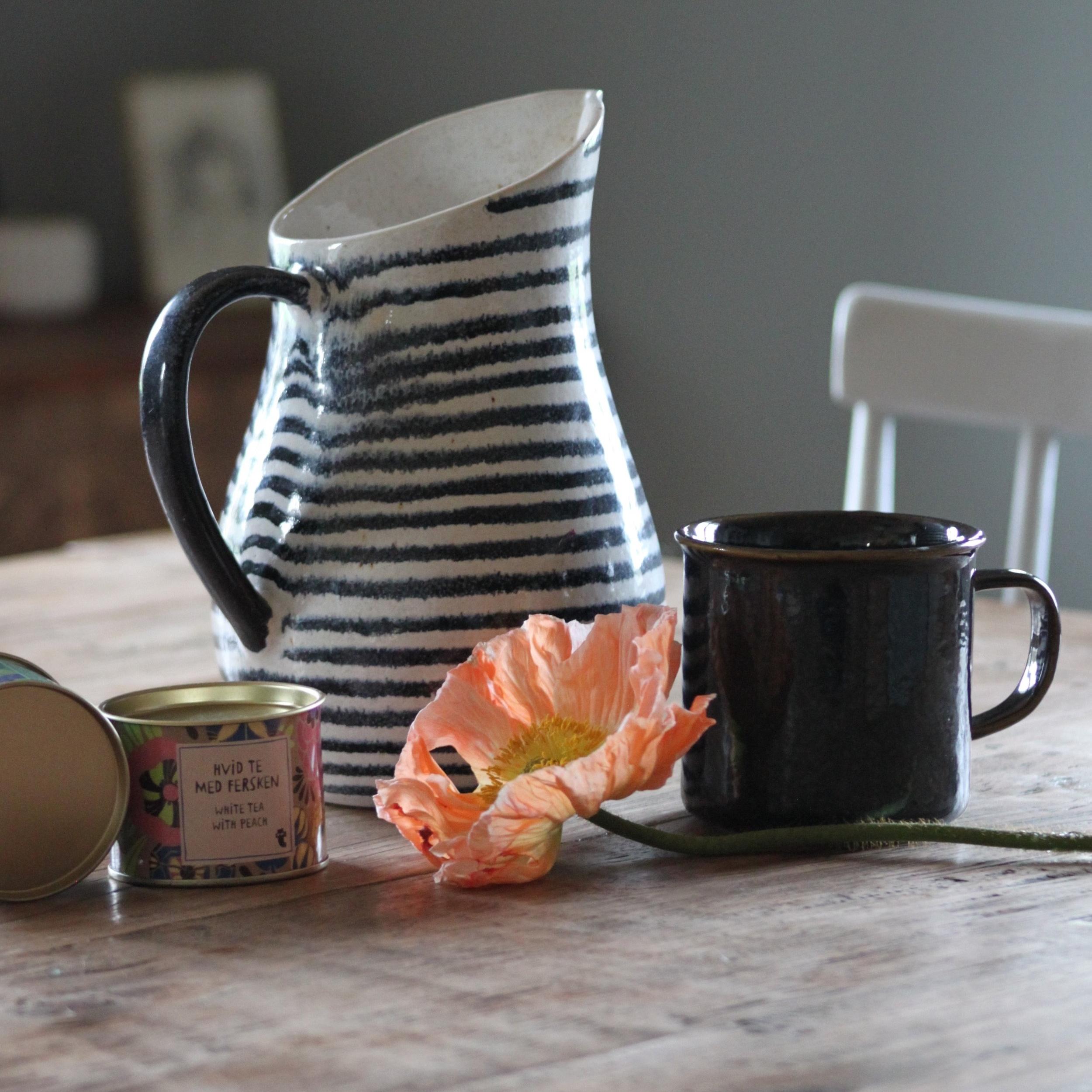 Für grosse Kaffee- oder Teetrinker ist dieser Keramikkrug perfekt. Die Tasse gibt es in verschiedenen Farben und sehen mir ihrem unperfekten Look sehr hübsch aus.   erhältlich bei  Interio  Preis Krug 29.90 CHF und Tasse 8.90 CHF