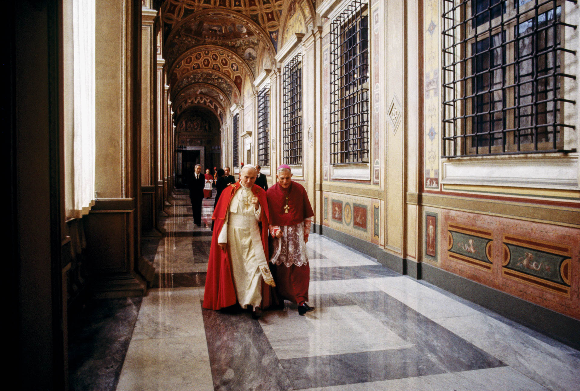 The Vatican - February 1986 A day in the life of the Pope John Paul II in the intimacy of the Vatican: going back to private apartment accompanied by Mons. Jacques Martin through the Raphael Loggia.
