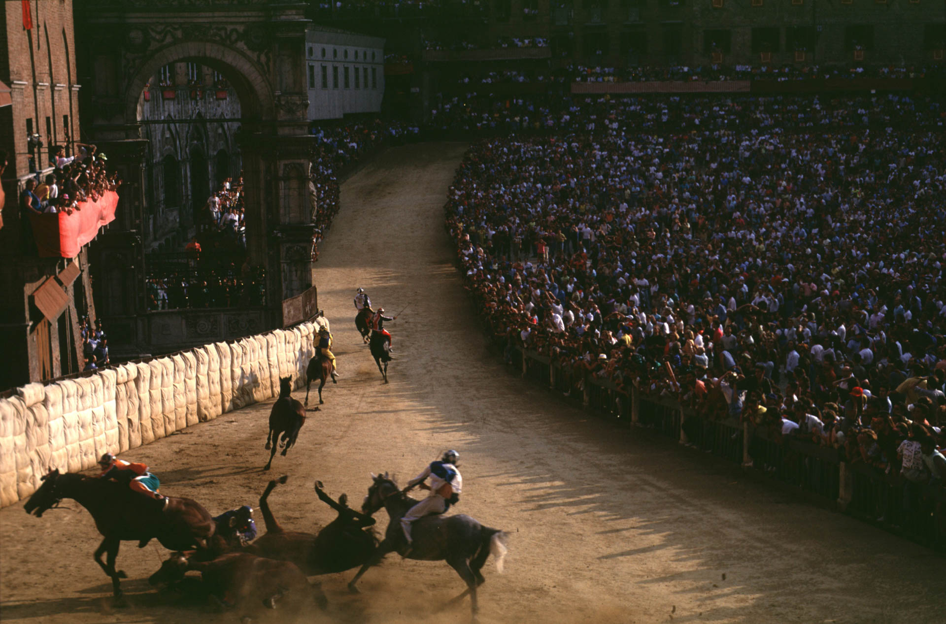 Siena, 1 July 1991 At the second S.Martino bend Chiocciola, Selva, Onda and Nicchio fall off their horses.
