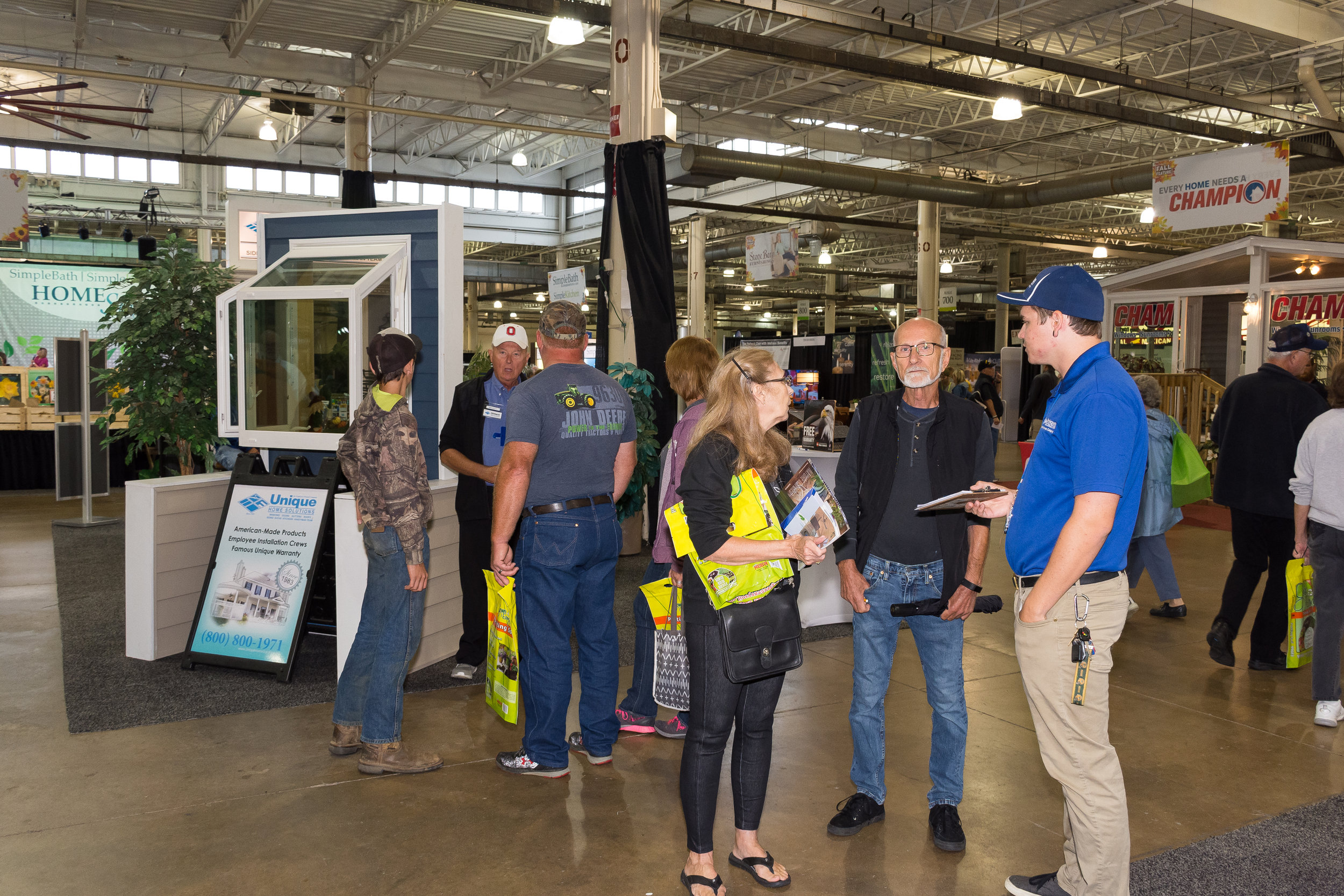 DSC_4473-visitors talking with an exhibitor.JPG