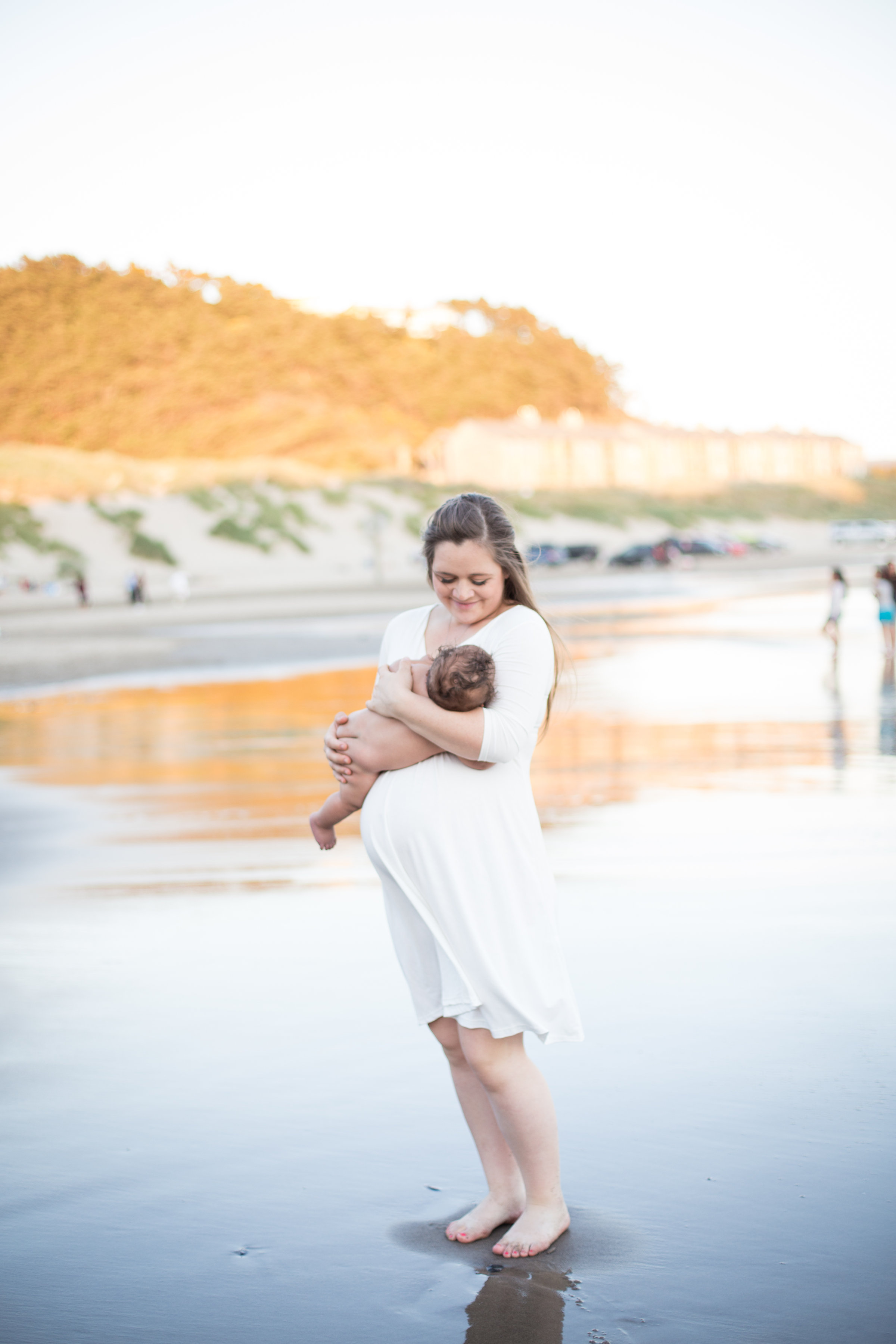 beach maternity photos; artificial twins