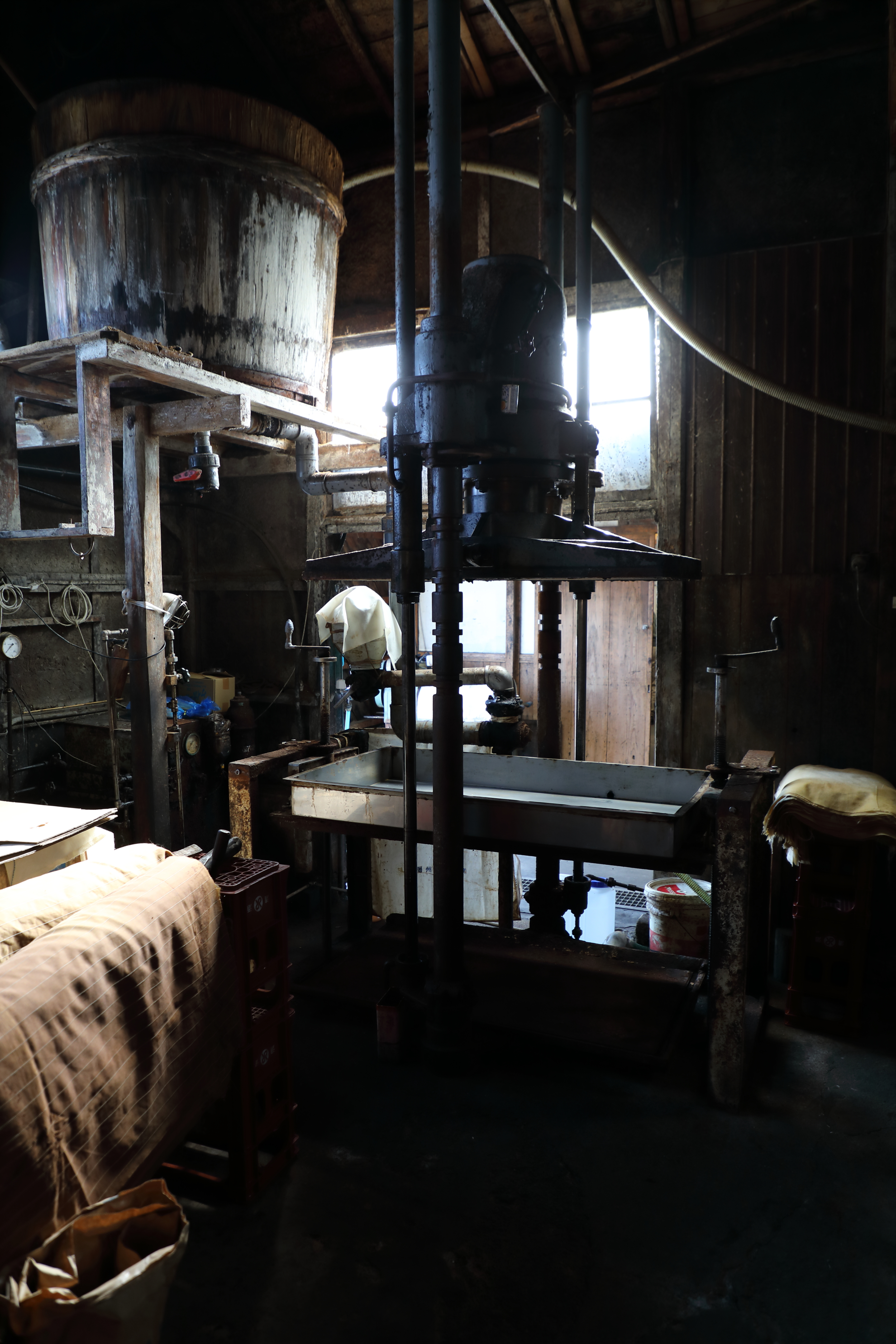 The pressing machine used to extract soy sauce from the  moromi .