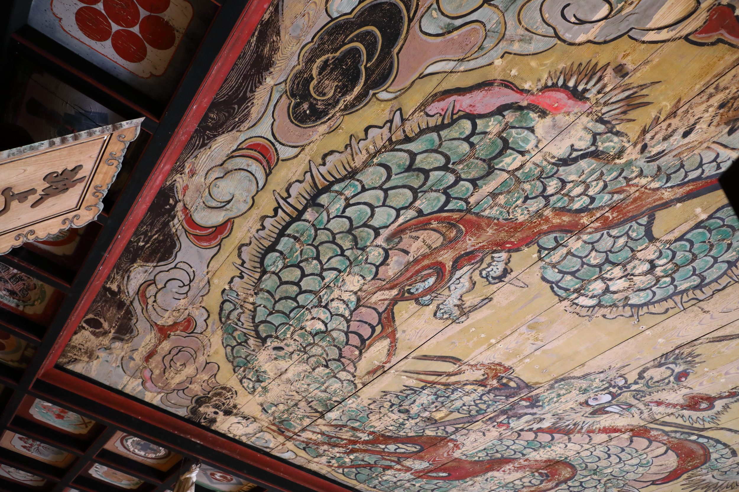 The colorful and exuberant painting of a Zen Buddhist dragon on the ceiling of the main hall of Kigami Shrine is characteristic of the grand yet rustic style of old religious buildings in Shimane prefecture.