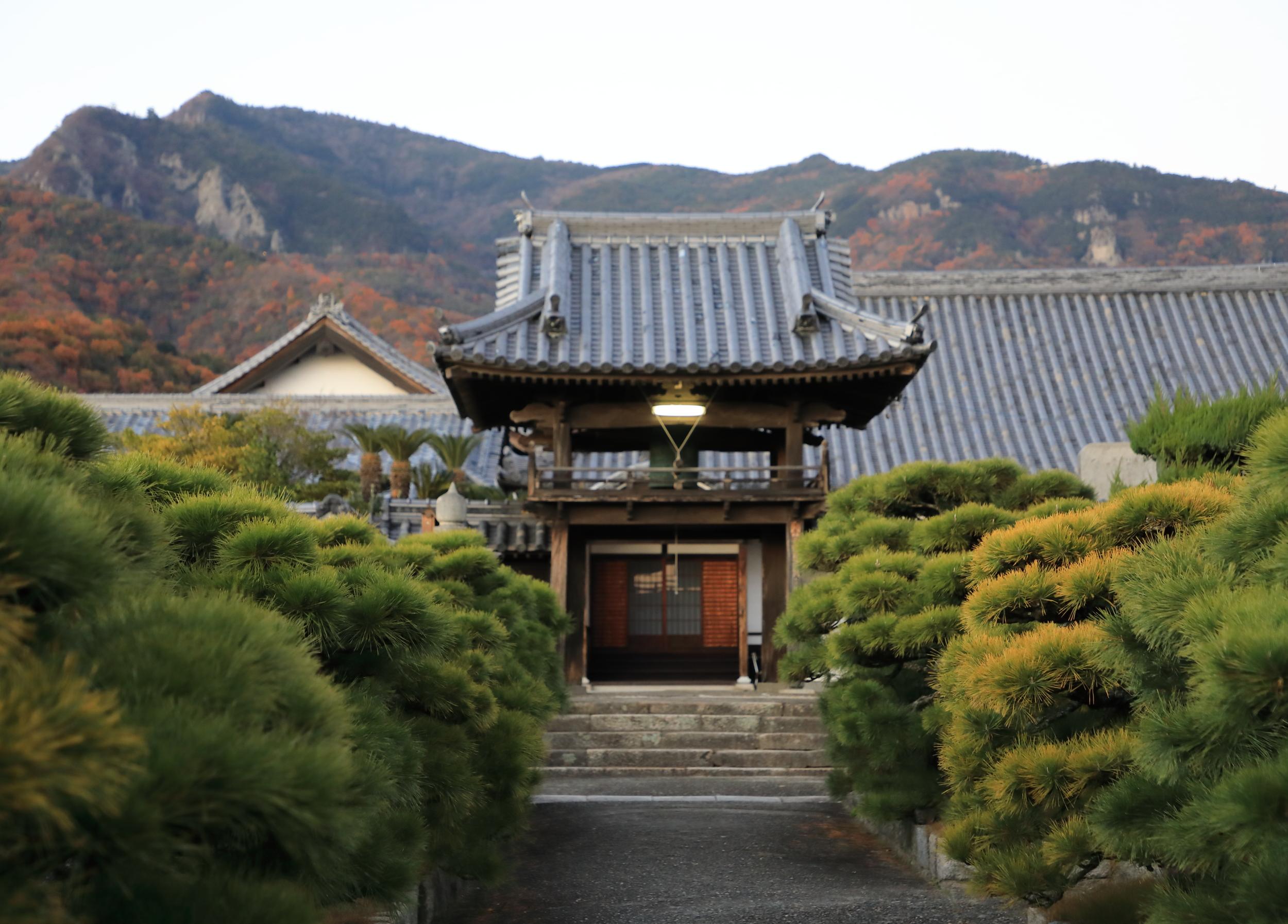 Eikoji Temple located near the Yamaroku soy sauce brewery with Mount Senbagagoku in the distance.