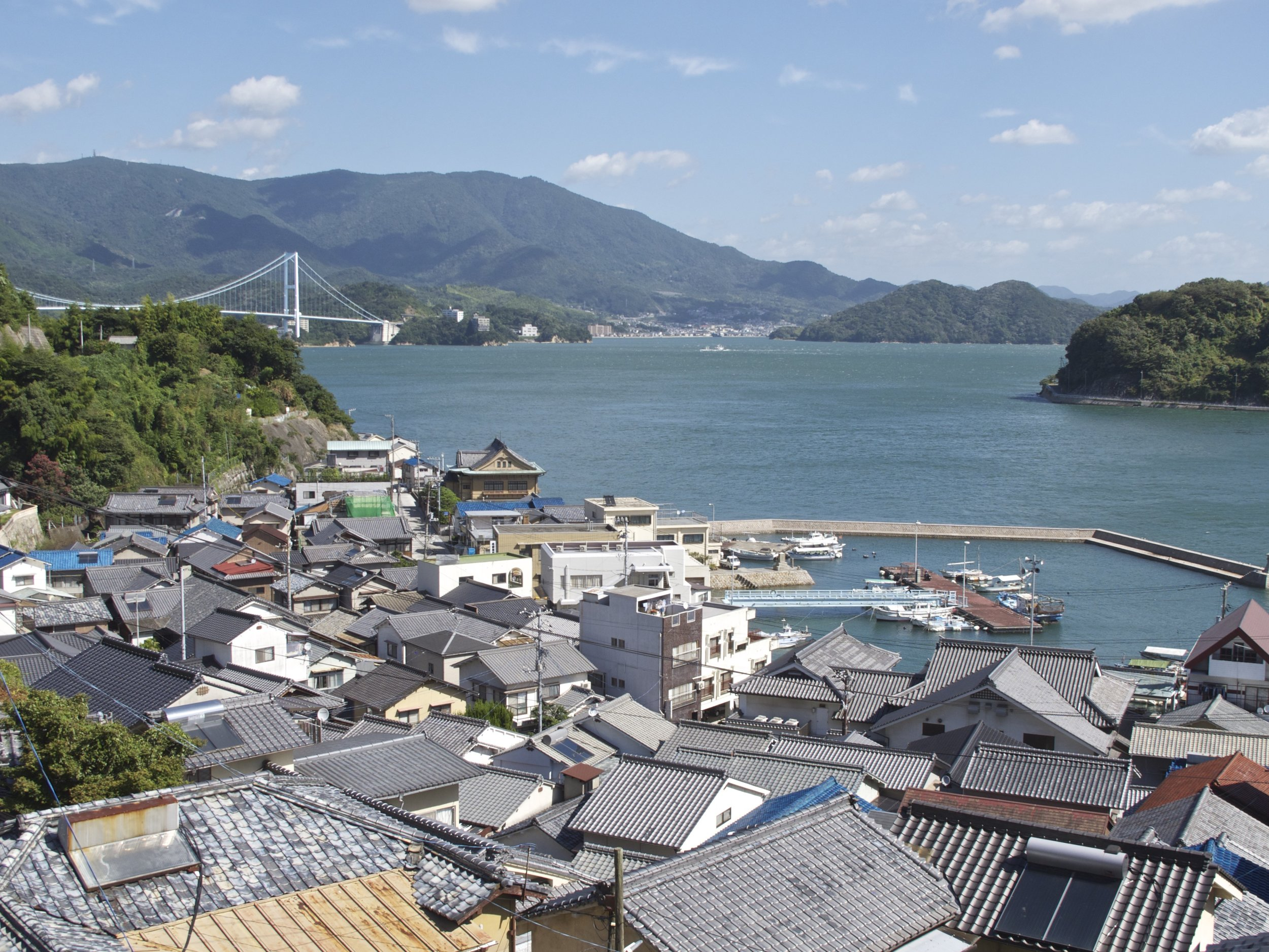 The small port town of Sannose on neighboring Shimo-kamagari Island was a principal stop by Chinese and Korean emissaries as they made their way by boat to Osaka and Kyoto during the Edo period (1603-1868), and today maintains an interesting set of museums about life during that time.