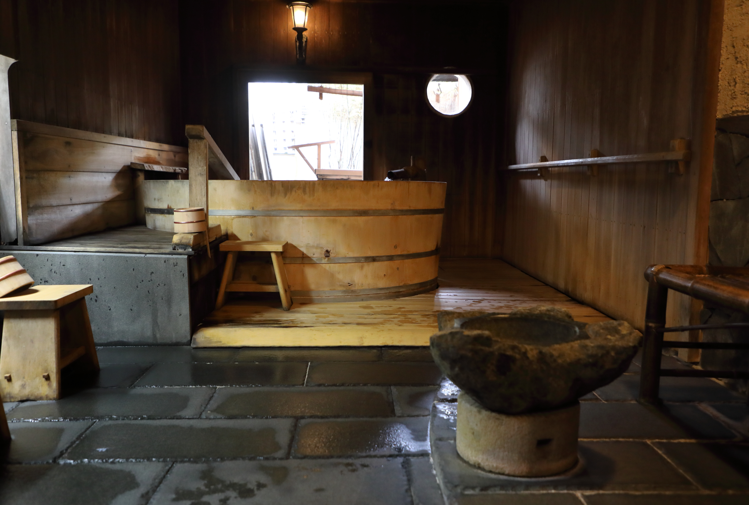 Use of the two communal baths at the inn is alternated between men-only and women-only in the morning and evening so that guests have a chance to enjoy both the large wooden tub in one and stone basin in the other.