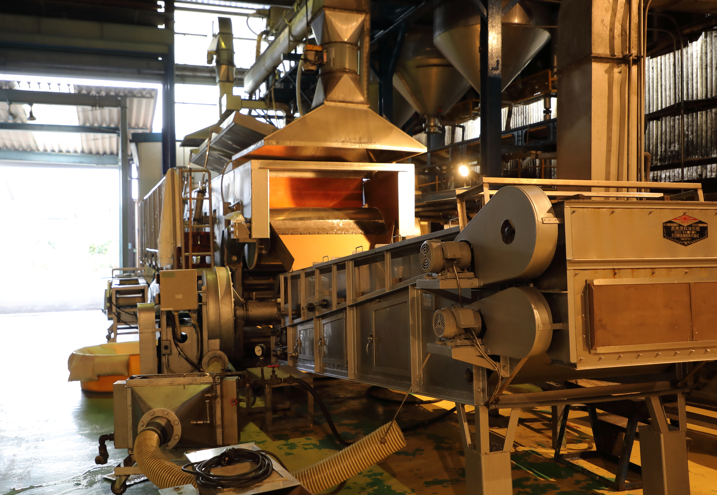 The multi-blade mixing machine used to evenly and thoroughly combine the rice  koji  and steamed sticky rice.