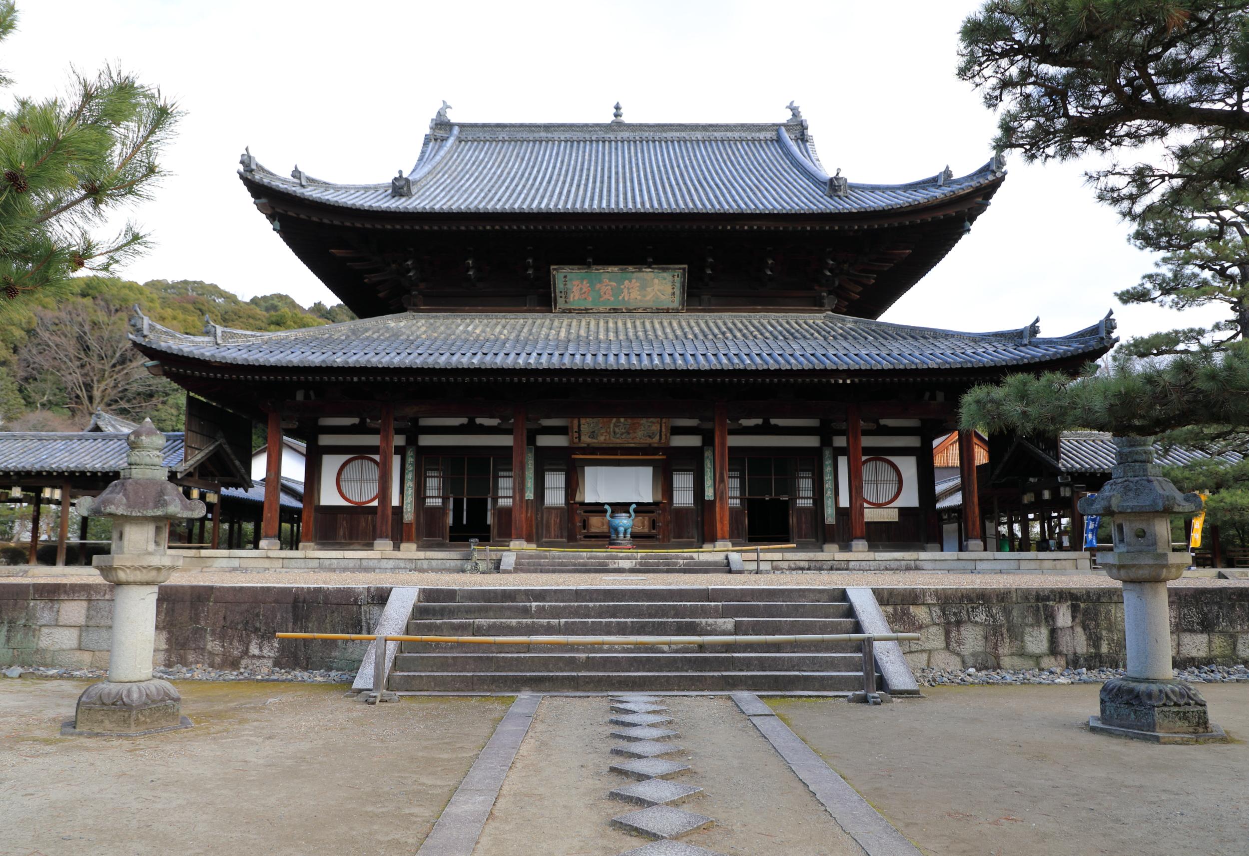 The Daio Hoden main hall of Manpuku-ji houses the temple's principle image of the Shaka Buddha and his Eighteen Rakan disciples.
