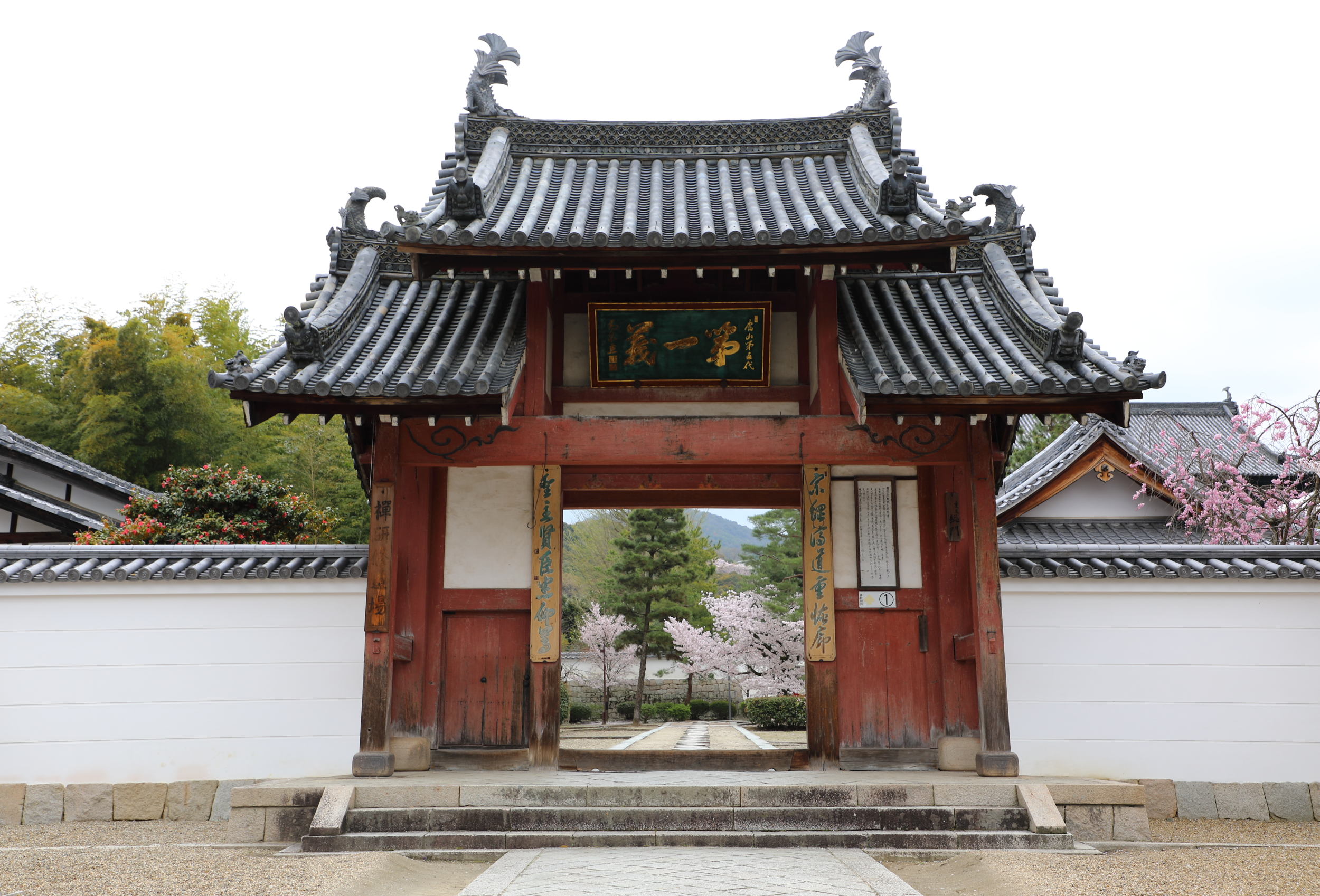 The quintessentially Chinese-style Somon Gate is the main entrance to the Manpuku-ji temple complex.
