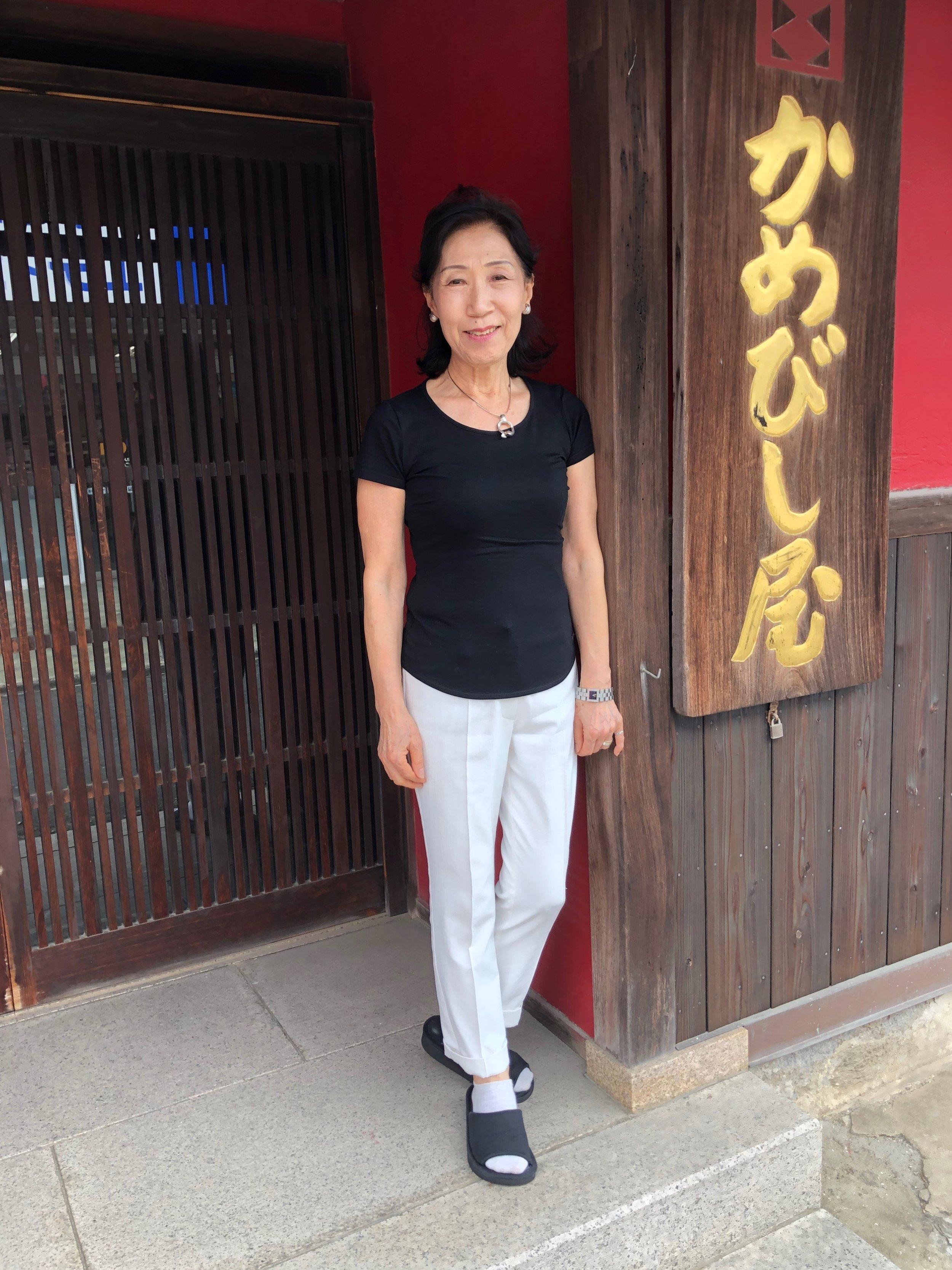 The current head of Kamebishiya, Kanae Okada, is the 17th generation member of the Okada family to run the soy sauce brewery.