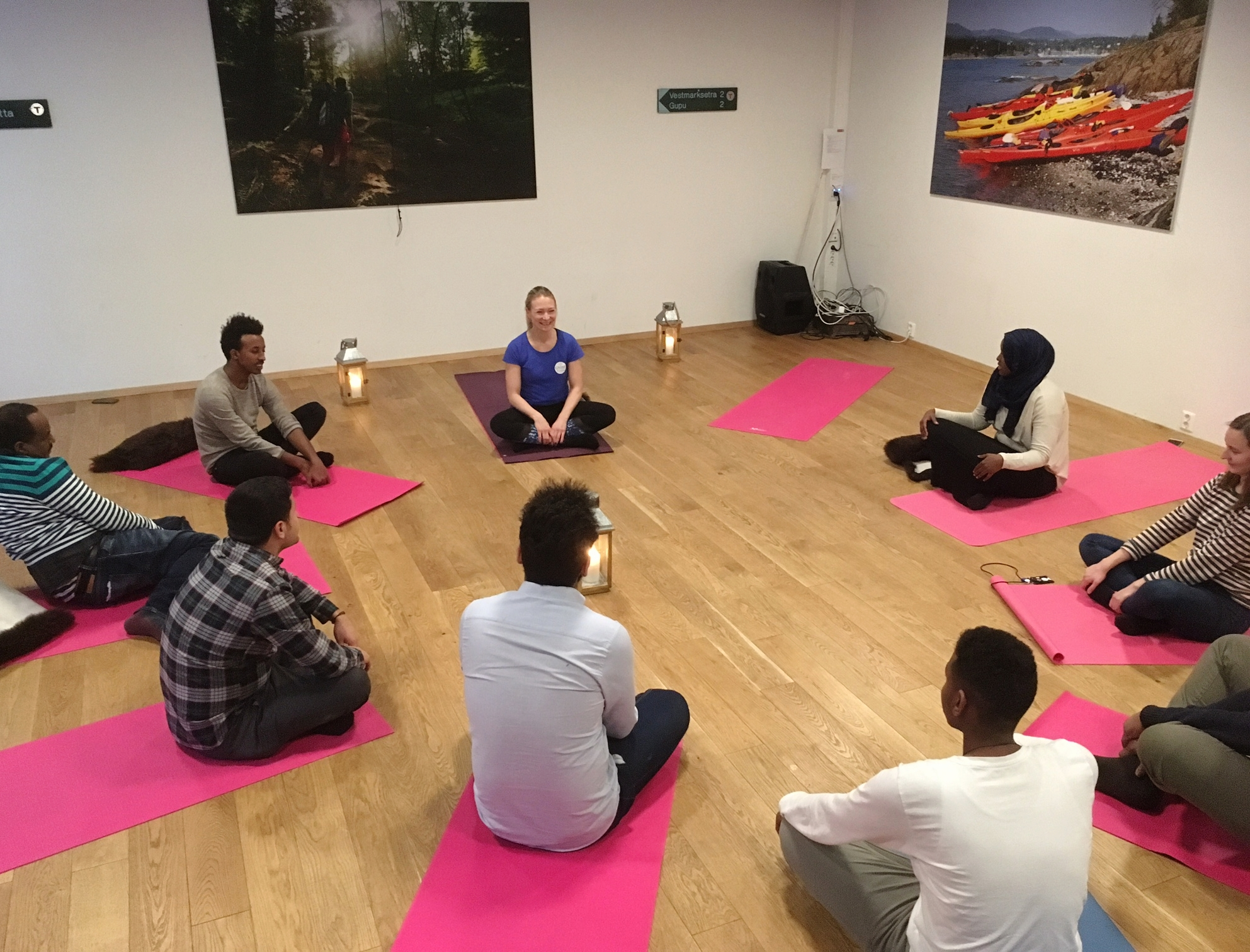 Yoga for personer med flyktningbakgrunn - - Traumesensitiv pedagogikk- 30 - 60 minutters timer, dynamisk eller rolig tempo- Fokus på tilstedeværelse og å løse opp i spenninger i kroppen. - Tilpasses deltakeres form - ingen erfaring er nødvendig- Små grupper på max. 10 personer for å skape et trygt miljø- Kurs av 5-10 ganger er ideelt for best mulig utbytte for deltakerneTidligere og nåværende samarbeid: DNT Oslo og Omegn og Bydel Gamle Oslo.