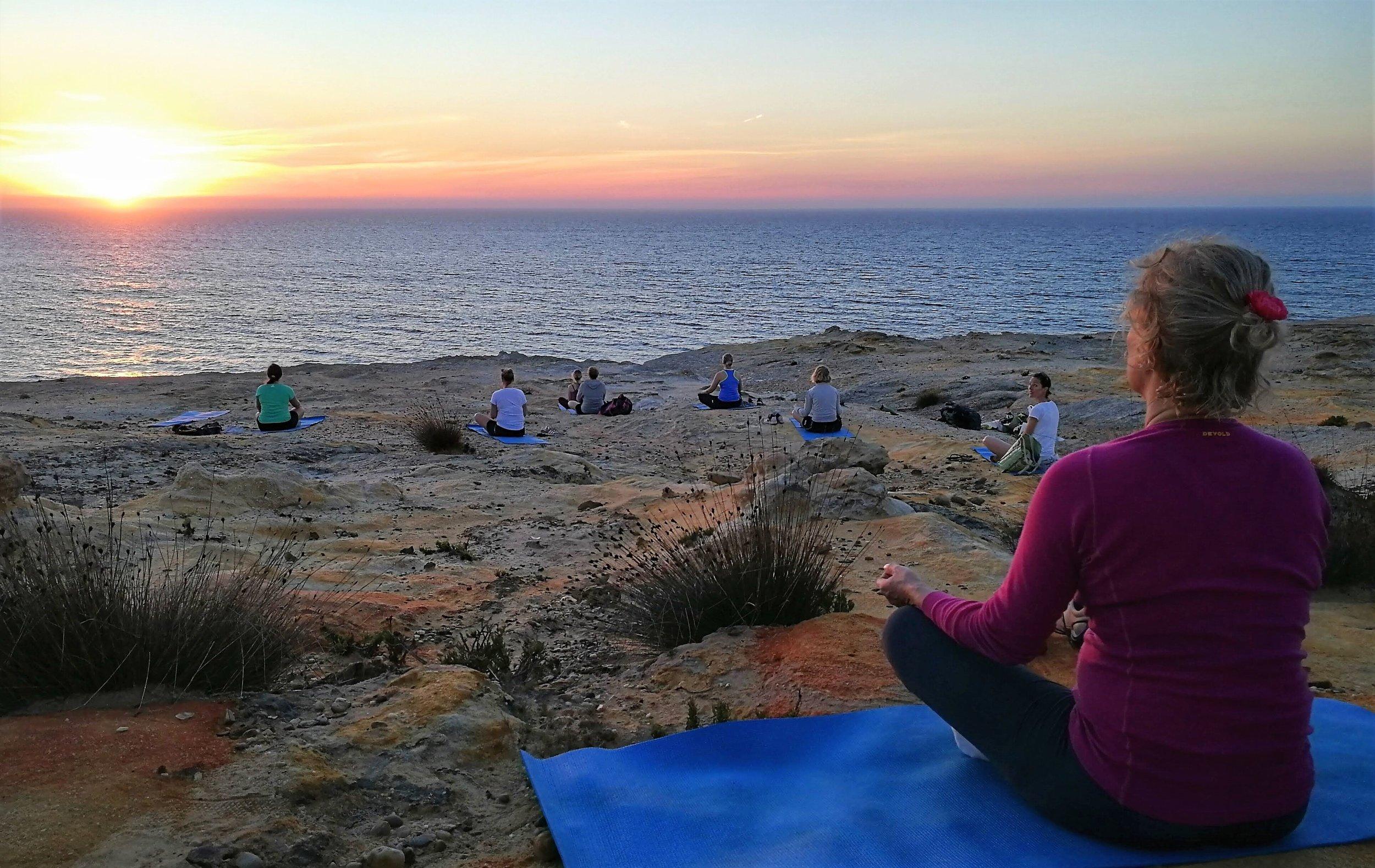Du kan glede deg til yoga og meditasjon i solnedgang. Dette bildet er fra turen i 2018. Foto: Gnist Yoga.