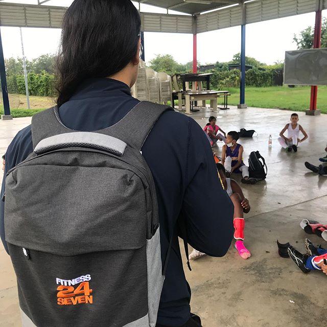 Första volontären Brayan från @fitness24seven_colombia som spenderade sin förmiddag med barnen från fotbollslaget i Palmira. Vi ser fram emot flera besök och välkomnar alla💪🏽⚽️ #bidratillenbättrevärld #volontär #fotbollföralla