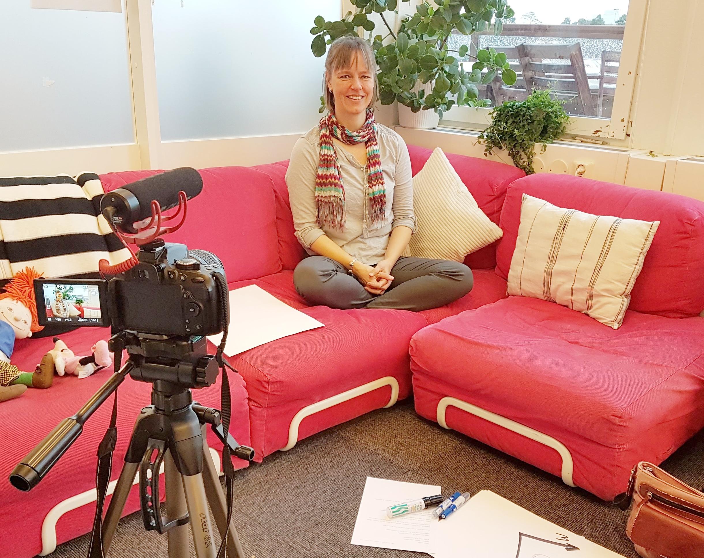 Sara på plats i den rosa soffan, medan vi riggar kameran för bästa vinkel.