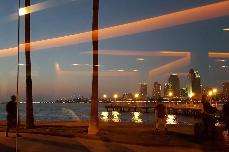 En bild av världen genom en glasruta får illustrera det här inlägget. Hur närvarande är du?
