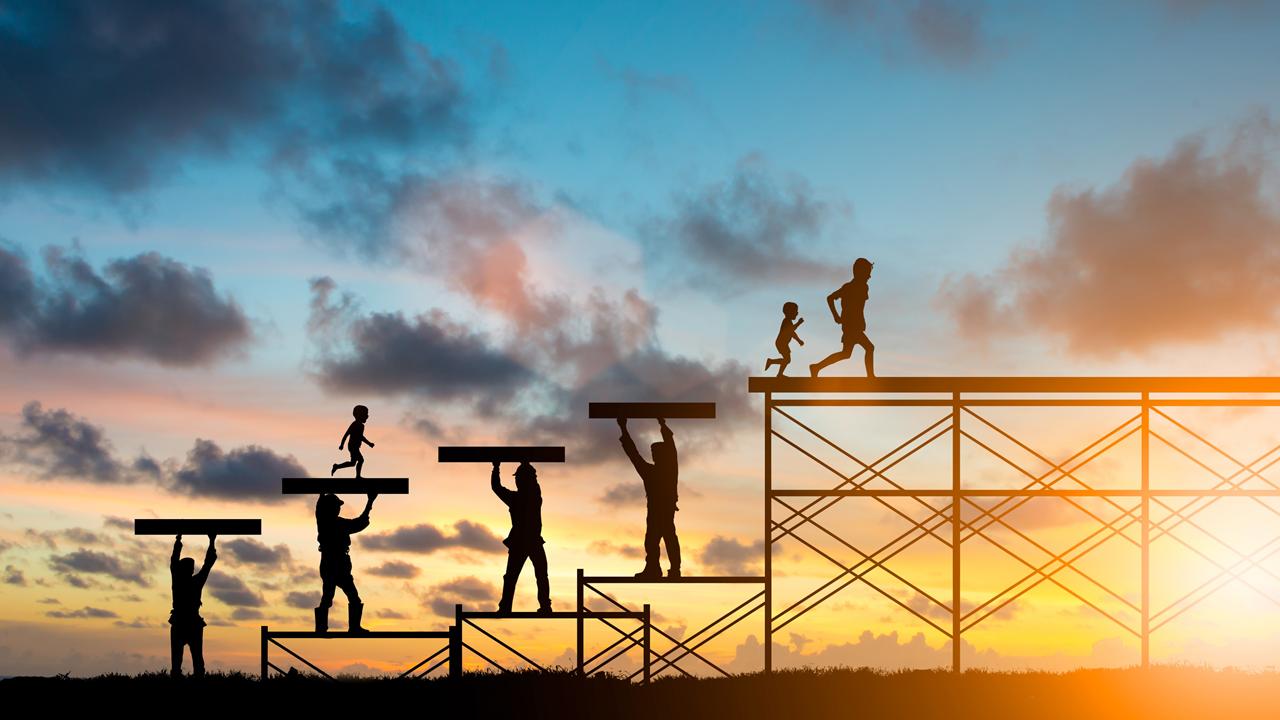 COACHING D' EQUIPE MANAGERIALE    La gestion des risques liés à la supply chain nécessite une collaboration de multiples parties prenantes au sein de l'entreprise.    Le responsable fonctionnel (qualité RSE) est souvent seul alors qu'il a besoin des commerciaux , des achats, de la supply chain, de la RH, du marketing, de la communication.    Les projets de gestion des risques amont de part l'importance de leurs enjeux sociétaux , environnementaux et éthiques peuvent si ils sont bien organisés et partagés constituer un élément fédérateur essentiel de l'entreprise.    Mal conduits ils échouent et sont facteurs de discorde.    Du diagnostic au coaching de groupe ou individuel Consomethic vous aide à mener à bien ces projets.