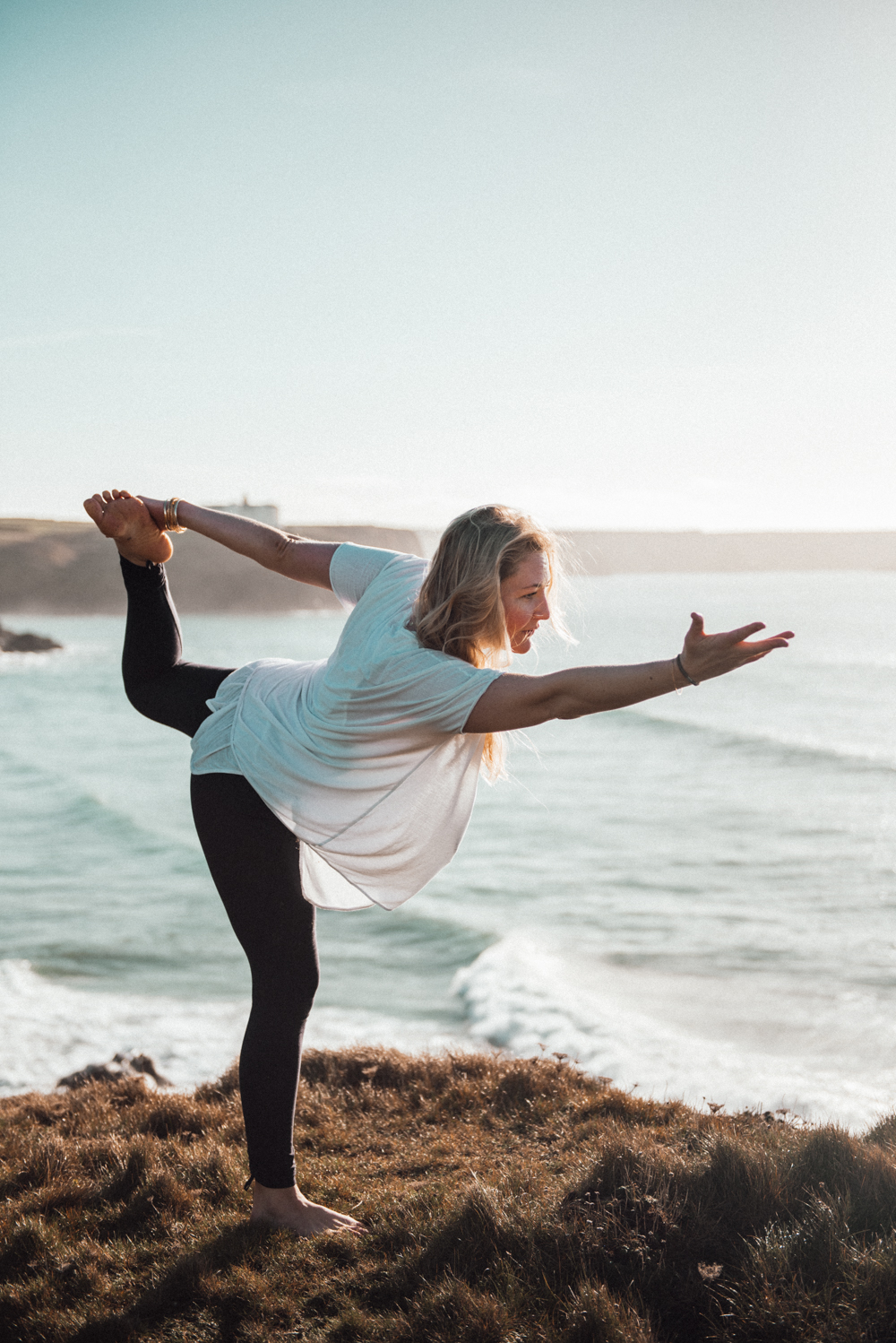 Yoga By The Sea // www.oliviabossert.com // Kyla Flegg, Onda Physio Yoga, Yoga practice, physio yoga, slow living, yoga by the sea, cornwall, cliff tops, ocean, namaste, wheel pose, handstand, chakra, peace