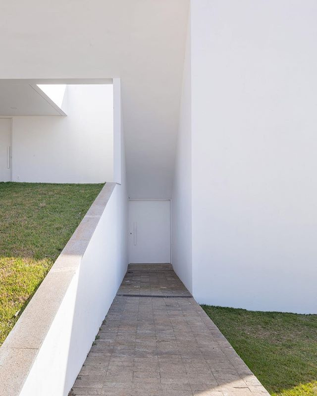 Clean lines in Brasilia.⠀ ---⠀ @bloco_arq⠀ Photo: Joana França⠀ •⠀ •⠀ •⠀ •⠀ •⠀ #archilovers #interior #architecturelovers #building #decor #brasilia #bsb #designer #archidaily #minimal #architect #arquitetura #modern #architectureporn #house #architecturephotography #buildings #graphicdesign #homedecor #abstract #arquitectura #creative #distritofederal #decoration #ig_brasilia #architexture #furniture #igersbsb #curtobrasilia #PANARCHITECTURE⠀