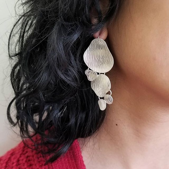 It's always best to look at both sides👀 💦Drip Drop, the other side.👁 One of a kind mismatched matching pair of articulating earrings, specifically crafted for the earring show on grancille island @craftcouncilbc and part of the larger collection Bodies Of Water.  #vancouverjewelry #vancouverisawesome #grandvilleisland #oneofakind #customjewellery #madeinvancouver #ethicaljewellery #sustainablejewelery