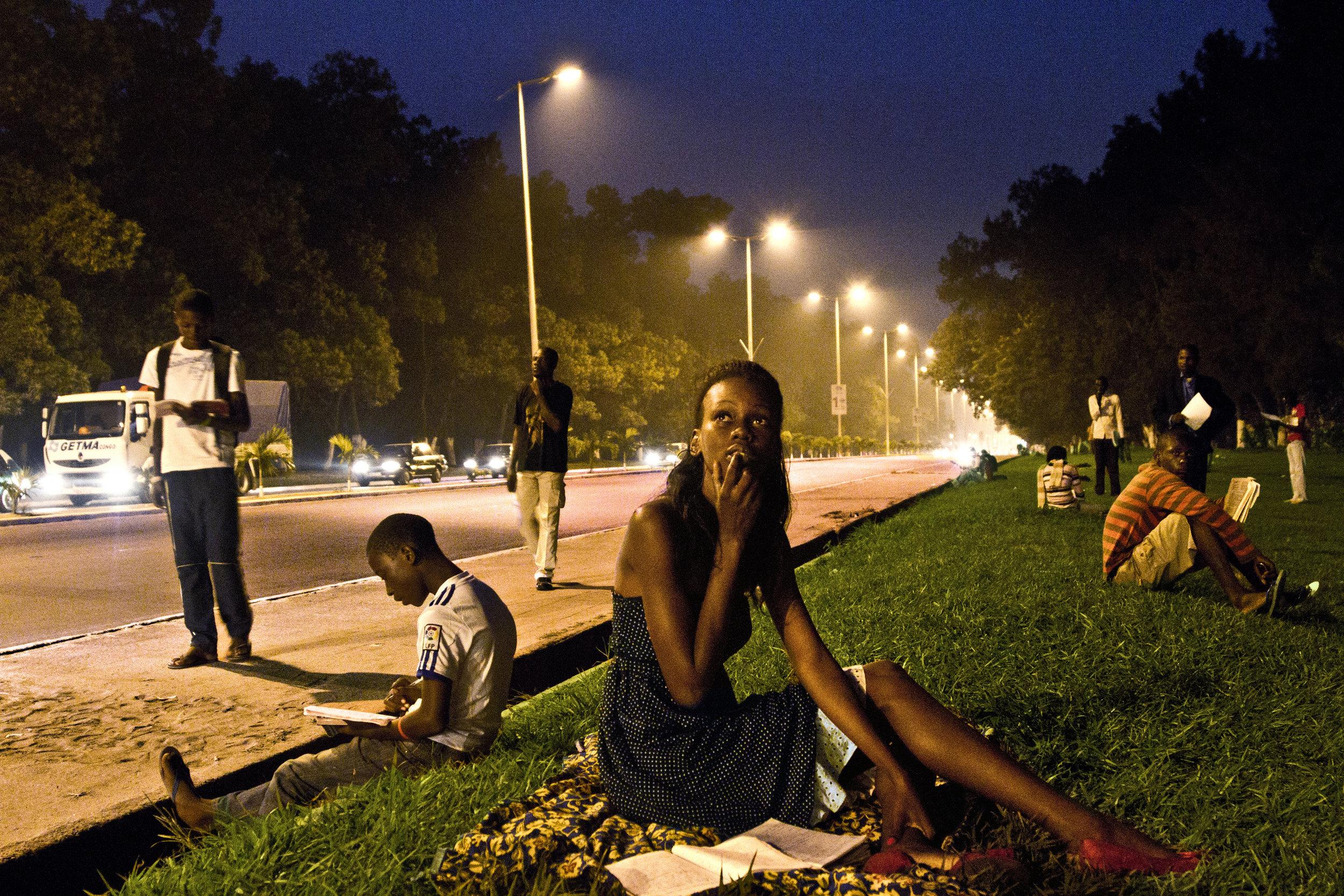 Photo : Baudouin Mouanda, untitled, Sur le trottoir du Savoir series