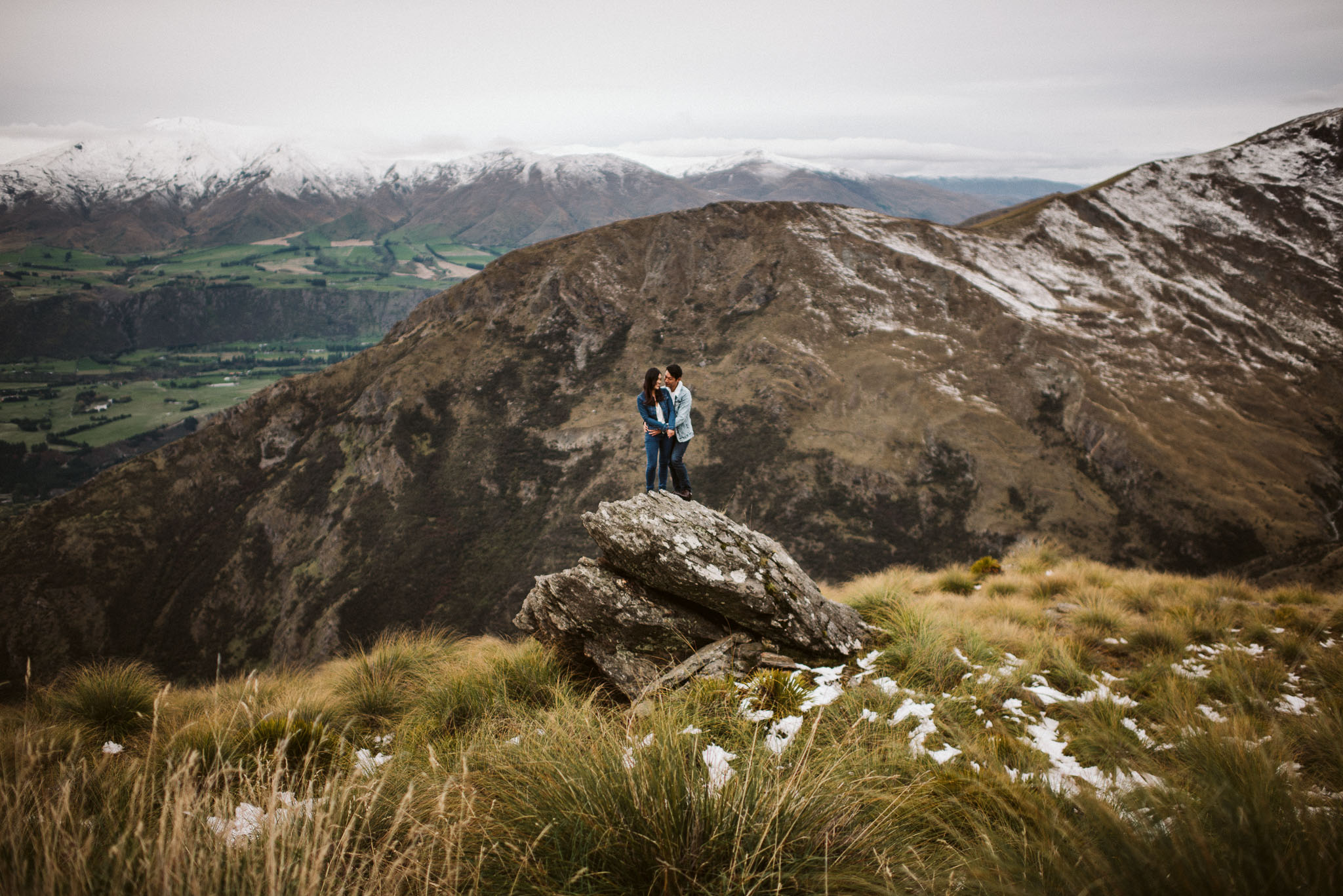 QUEENSTOWN  Explore the popular breath-taking Queenstown region from up in the lofty mountains, overlooking the Wakatipu basin that stretch over into the rugged canyons and out to the lake shores.