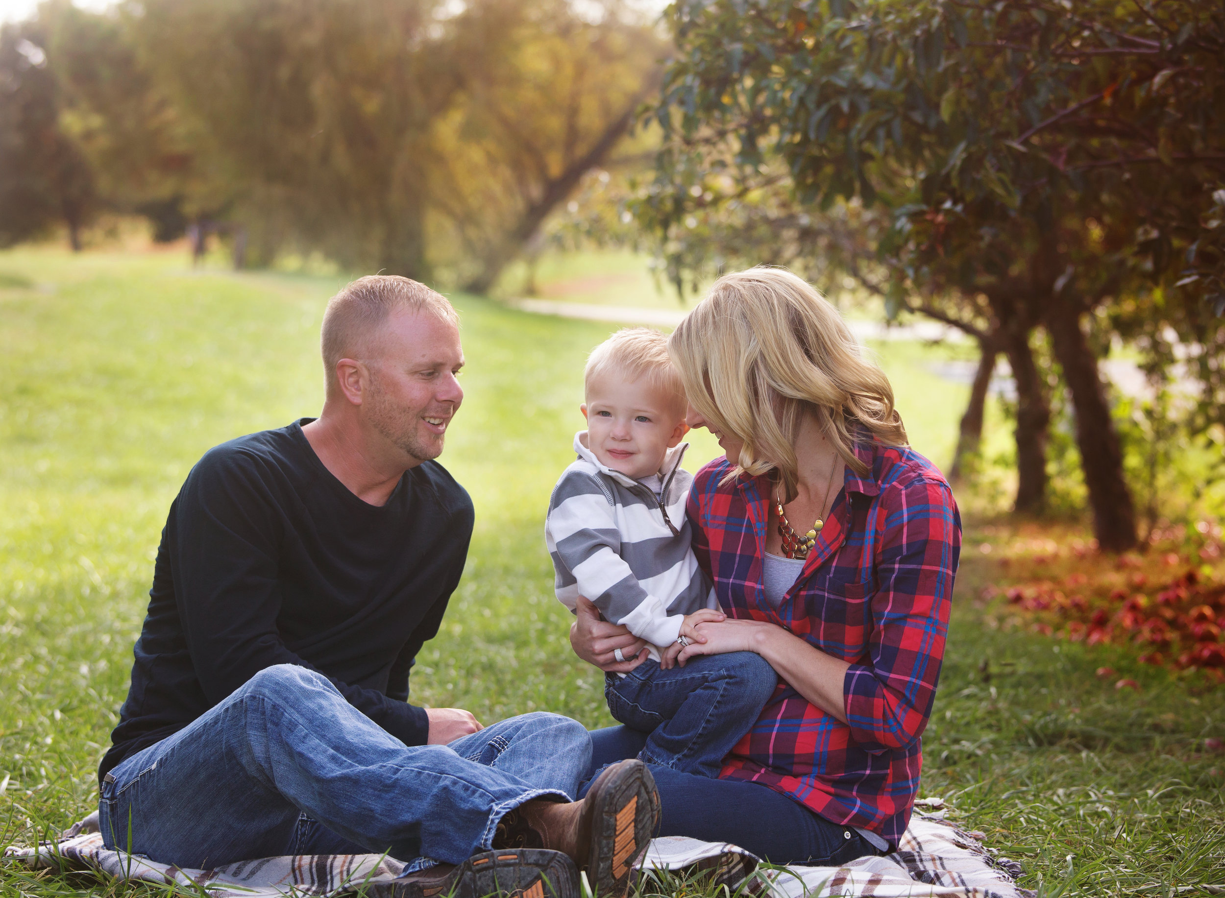 fall family photos - apple orchard - cider hill orchard - kansas city fall family pictures - cute family at apple orchard - leavenworth kansas -  kansas city kansas family photos