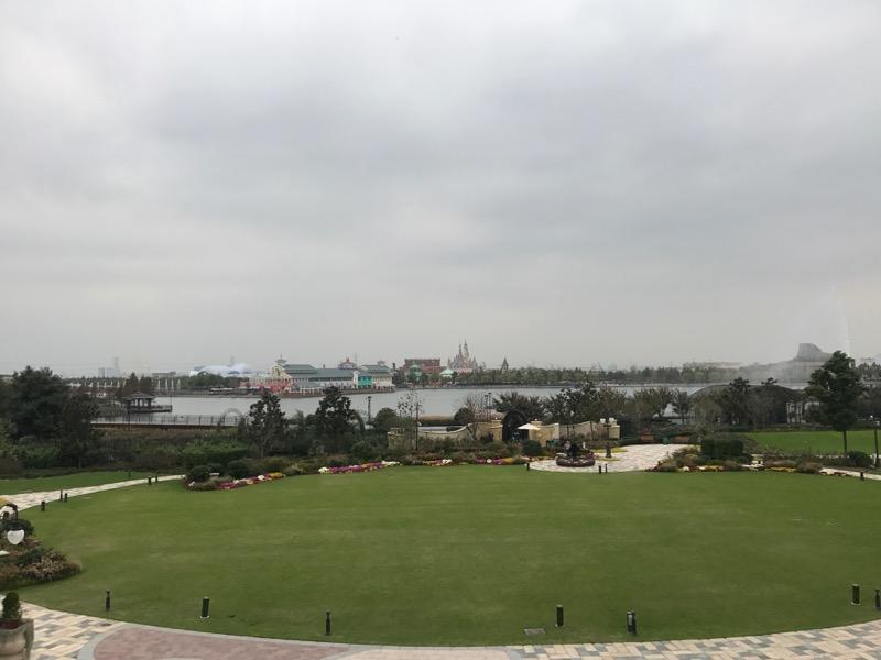 shanghai-disneyland-hotel-grounds-lawn.jpg