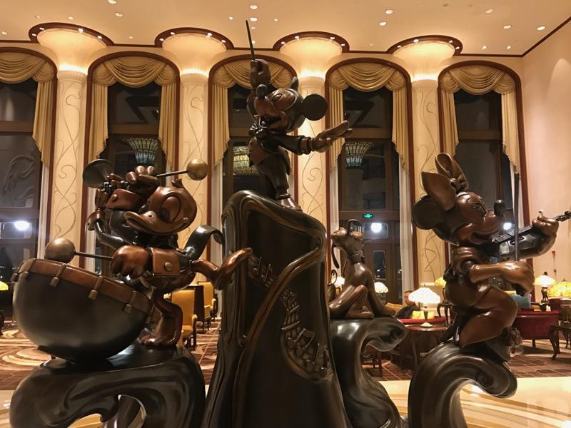shanghai-disneyland-hotel-lobby-statue.jpg