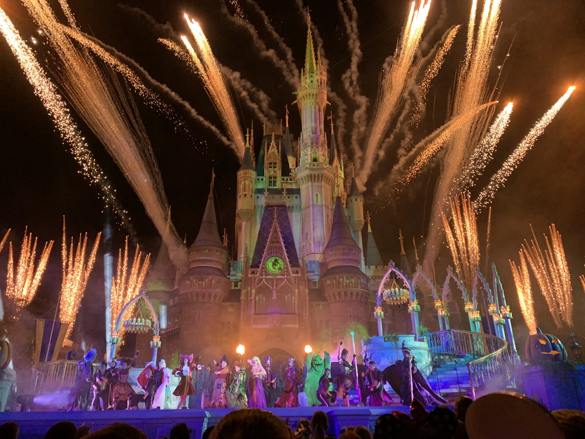mickeys not so scary halloween party hocus pocus finale.jpg