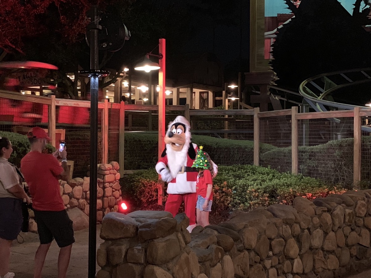 mickeys very merry christmas party characters 3.JPG