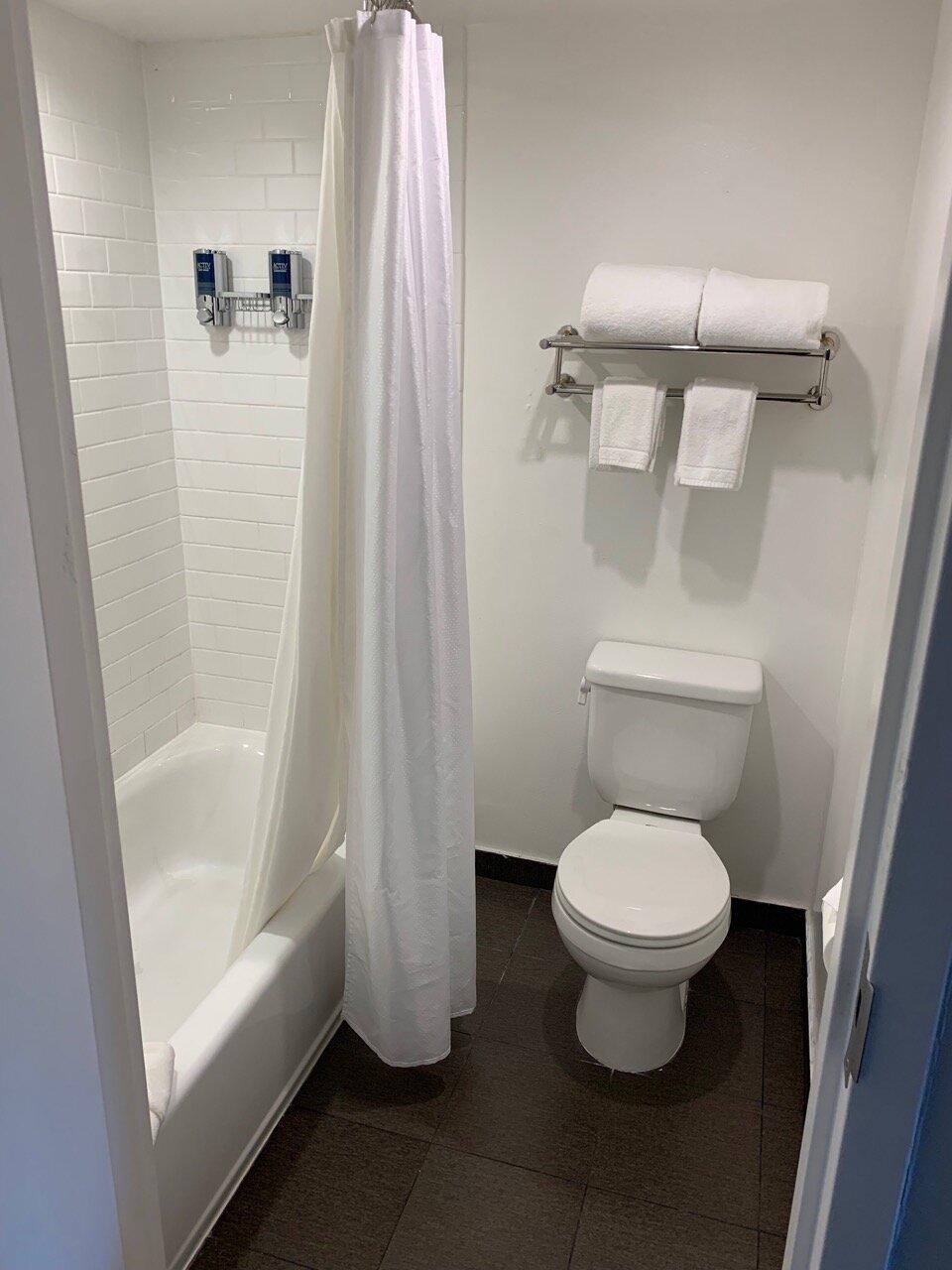 four points sheraton by anaheim bathroom 02.jpeg