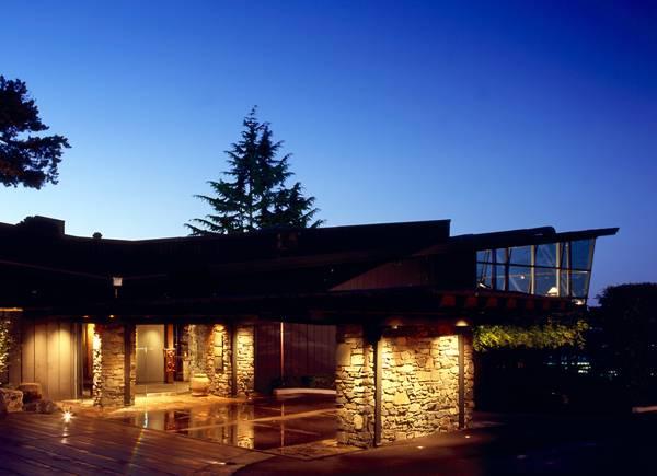 Front_entrance_to_Canlis_Restaurant,_Seattle,_Washington,_2012.jpg