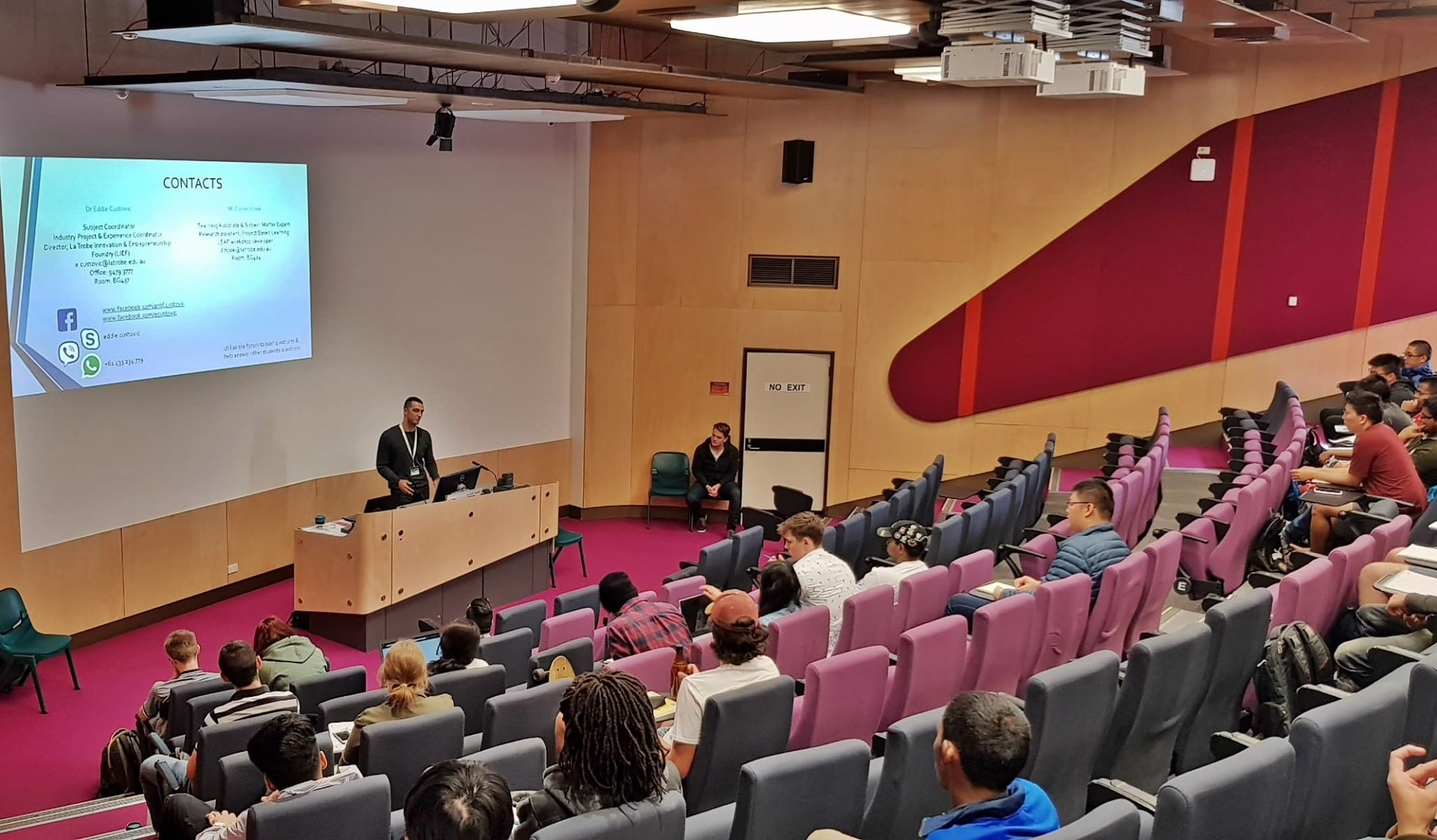 Momcilo Amovic govori o svom iskustvu u Australiji studentima na La Trobe Univerzitetu