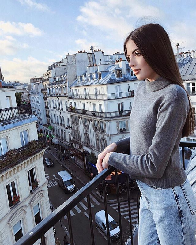 Thinking of the sunny mornings looking over the Parisian balcony as I sit at home watching my Dad shovel snow of his car ❄️😅 In desperate need of some ☀️ #summerwhereareyou