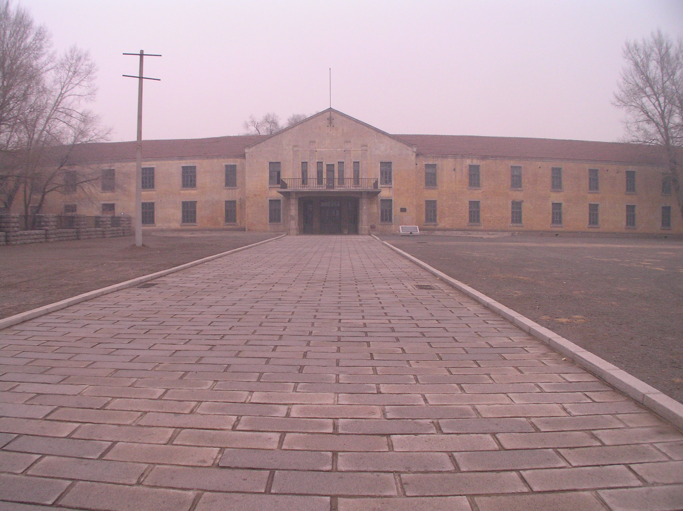 """""""Building on the site of the Harbin bioweapon facility of Unit 731,""""松岡明芳 /  wikimedia commons"""