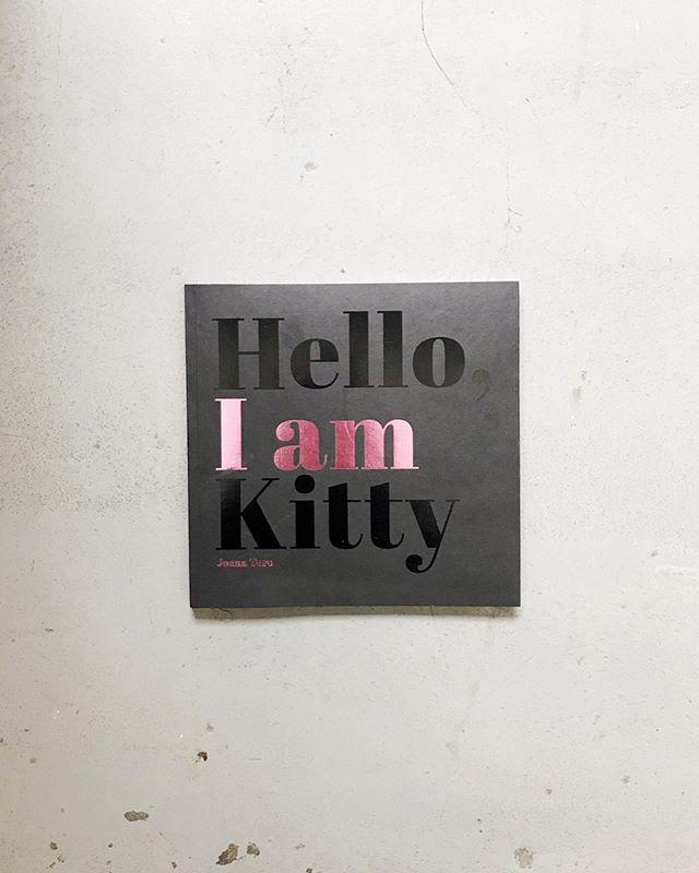 """Nuevos títulos! 🚨⭐️ ⠀ ⠀ ⠀ ⠀ ⠀ ⠀ """"Hello, I am Kitty"""" es periodismo vivido de la llegada de Joana Toro a Nueva York en el año 2011. Joana documentó su día a día como inmigrante bajo el disfraz de Hello Kitty en Times Square, una de las calles mas transitadas en el mundo. ⠀ ⠀  Precio: 80.000"""