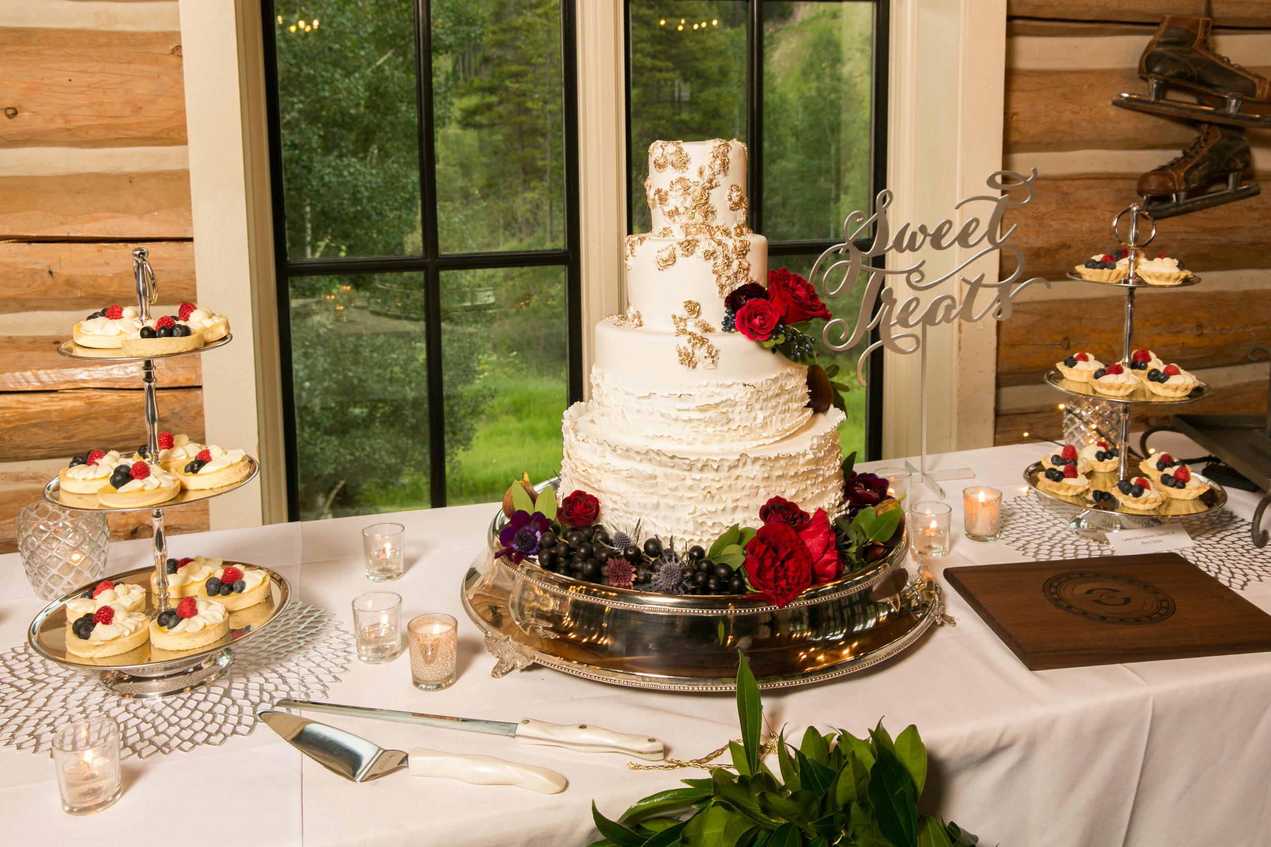 wedding-cake-vail-axelphoto.jpg