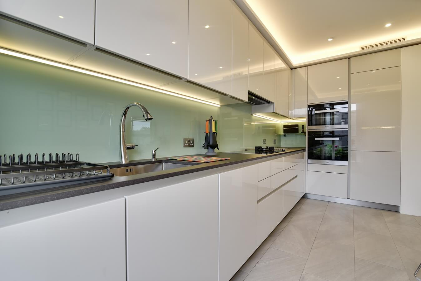 Kitchen-Units-With-Glass-Splashback-LED-strip.jpg