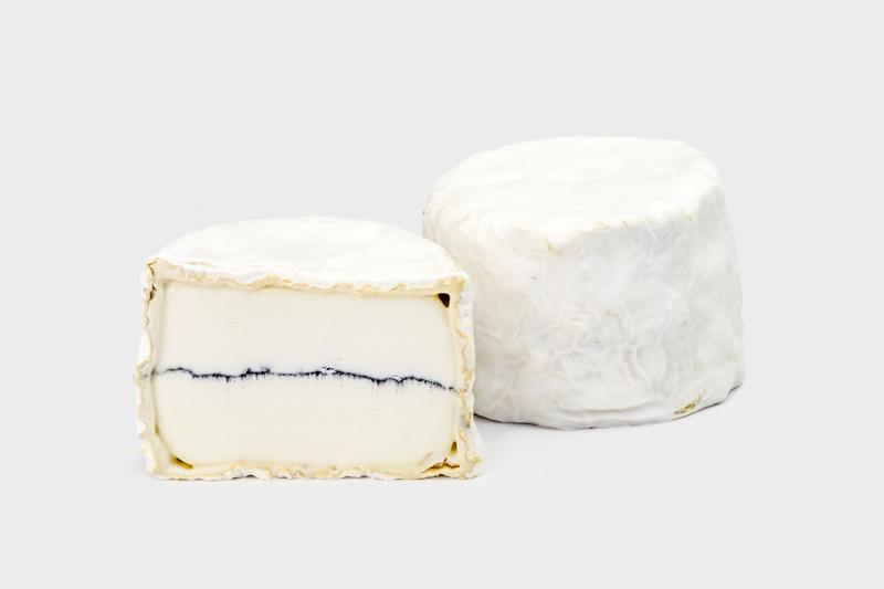 cyriel - 2-DE PLAATS BIOCASEUS 2017Cyriel is een prachtig gerijpt kaasje met een witschimmelkorst en milde smaak. Net als de Morbier uit de Jura bevat hij middenin het zuivel een fijn laagje voedingshoutskool (cendre).Milde witschimmel met aslaagje