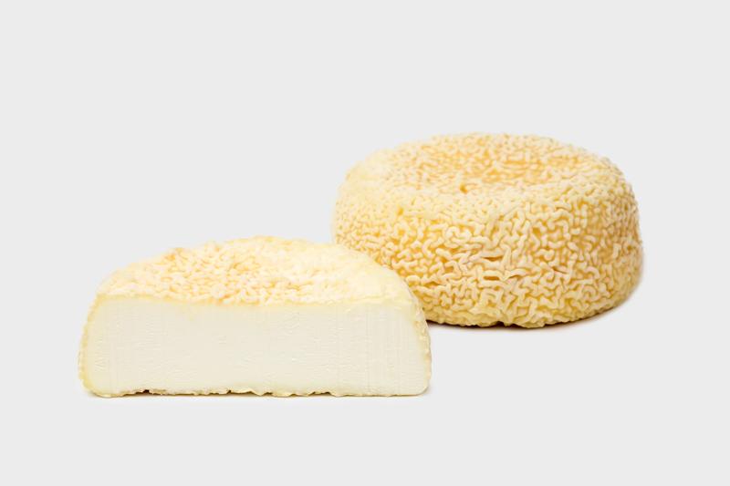 Désiree - Een gerijpt geotrichumkaasje, van het type St. Marcellin, met een typisch gelige en rimpelige korst. Désiree leent zich uitermate voor warme toepassingen of als snoepje voor of na de maaltijd.Mild en mooi gerijpt