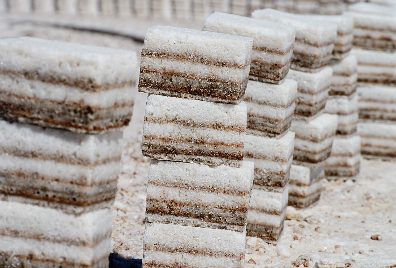 Blocks-of-salt-on-Salar-de-Uyuni.jpg