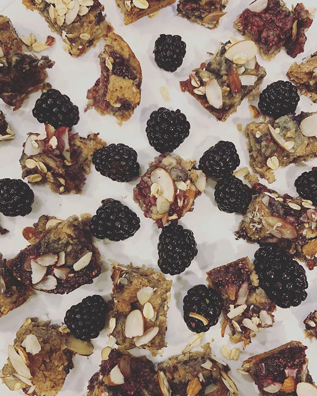 Check out these YUMMY blackberry bars our dietetic intern, Valerie, made! We love adding ingredients that boost nutrient content of snacks 🤓 swipe for the recipe ➡️