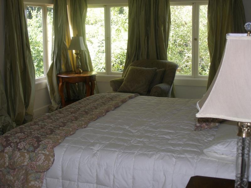 164-05-bedroom1.jpg