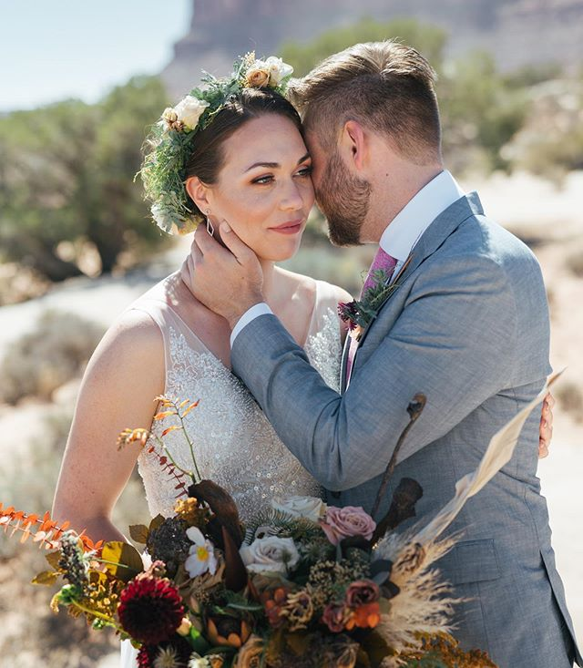 How perfect is this floral against the desert backdrop?! @thepottedpansy  Photo @travisj_photo  @undercanvasofficial ⠀⠀ @moabundercanvas