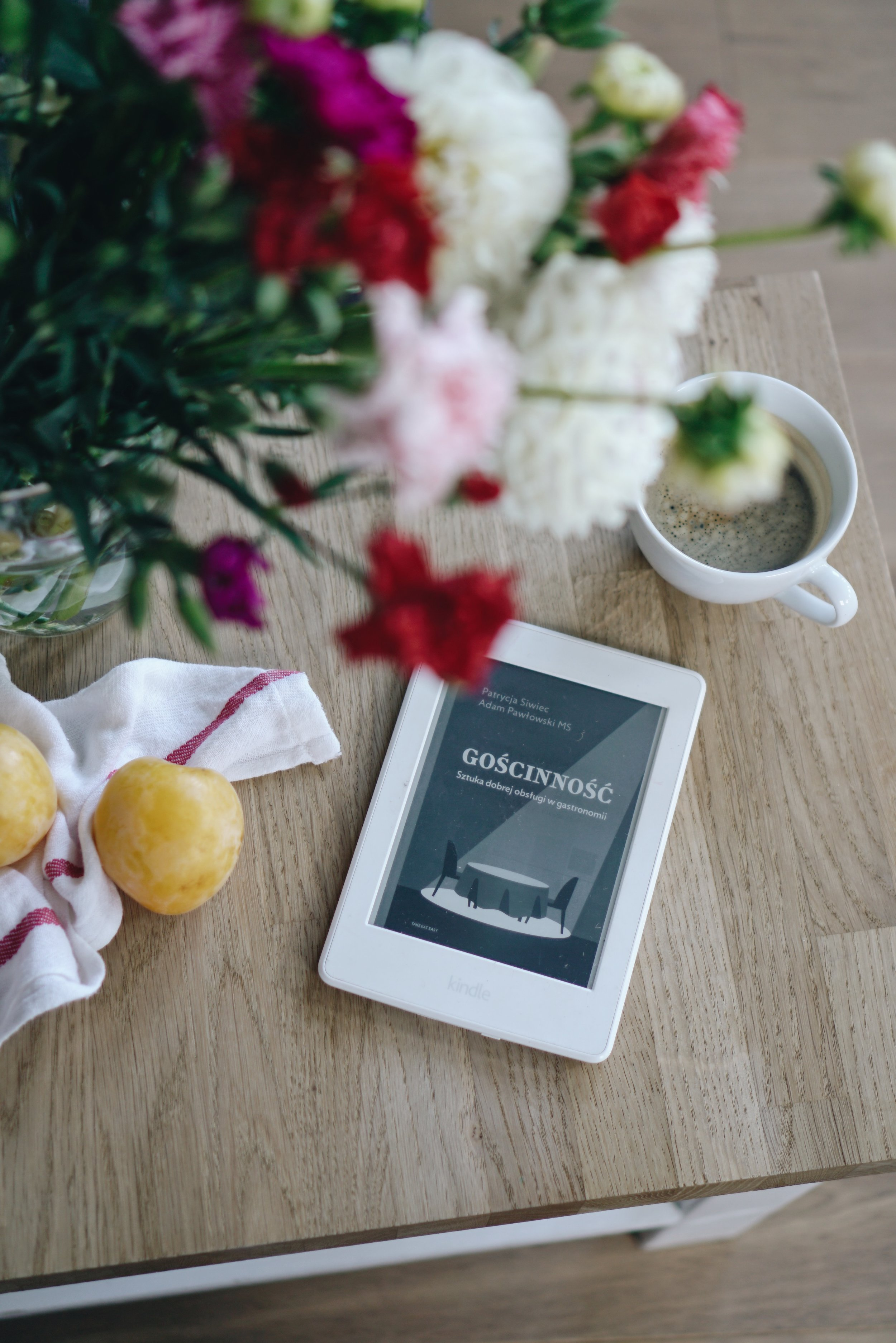 4 książki wokół stołu - W mojej relacji z literaturą piękną widoczny jest dość sporych rozmiarów kryzys - od miesięcy nie przepadłam w żadnej przeczytanej historii albo choćby w jednym zdaniu. Ku własnemu zdziwieniu kryzys ma bardzo przyjemny skutek - moje 4 ostatnie lektury wiążą się mniej lub bardziej z jedzeniem!Więcej →