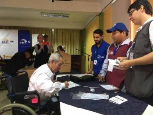 Ecuadorian man votes from his wheelchair through the 'Voting in Senior Homes' programme.  Photo Credit: Miguel Lara Otaola